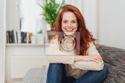 Papiers peints Souriant heureuse jeune femme avec un sourire vif