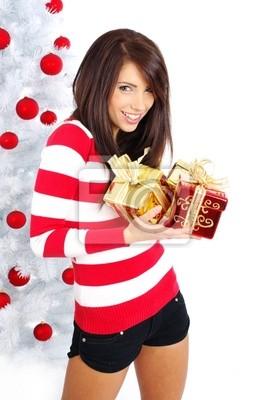 souriante jeune fille avec des boules de Noël à côté d'arbre blanc