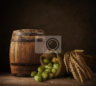 Still Life avec un baril de bière et une bière pression au verre.