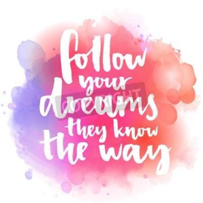 Papiers peints Suivez vos rêves, ils connaissent le chemin. Citation inspirée sur la vie et l'amour. Texte de calligraphie moderne, manuscrite à la brosse sur fond d'éclaboussure d'aquarelle rose et orange avec boke