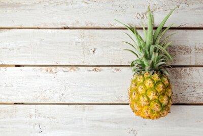 Papiers peints Summer background avec de l'ananas sur planche de bois