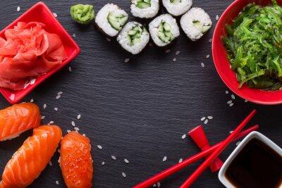 Papiers peints Sushi et rouleaux sur une table d'ardoise
