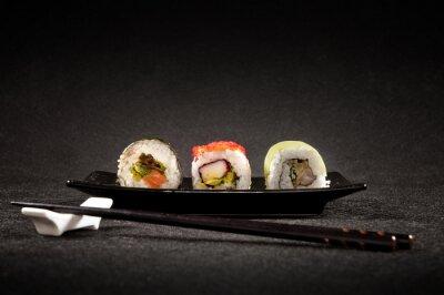 Papiers peints Sushi luxueux sur fond noir - cuisine japonaise