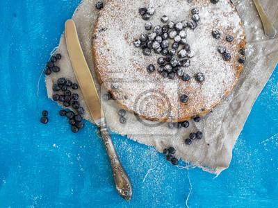 Tarte aux myrtilles sur une surface bleue