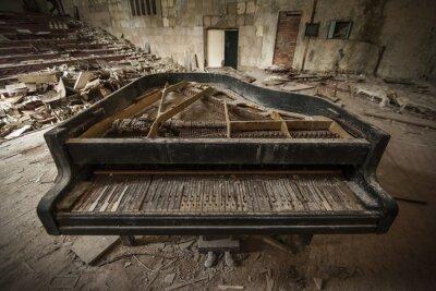 Papiers peints Tchernobyl - close-up d'un vieux piano dans un auditorium