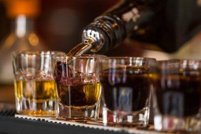 Papiers peints Tirs au whisky et liqquor dans un bar à cocktails