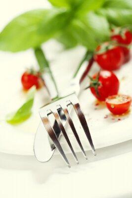 Papiers peints tomates fraîches, un couteau et une fourchette sur une assiette