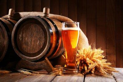 Papiers peints tonneau de bière en verre de bière sur la table sur fond de bois