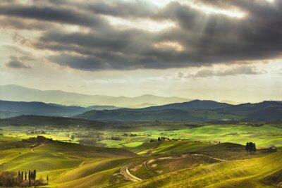 Papiers peints Toscane printemps, collines sur le coucher du soleil. Paysage rural. vert