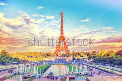 Papiers peints Tour Eiffel et fontaine aux Jardins du Trocadéro, Paris, France. Fond de voyage avec filtre rétro vintage instagram