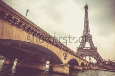 Papiers peints Tour Eiffel et Jena bridge dans une journée nuageuse