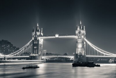 Papiers peints Tower Bridge at night in black and white