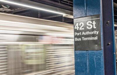 Papiers peints Train accélérant dans le métro de New York. 42 st