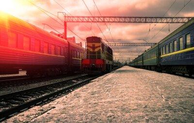 Papiers peints Train dans les rayons du soleil rouge