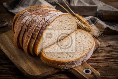 Tranche de pain sur une planche à découper.