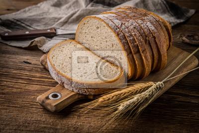Tranches de pain sur une planche à découper.