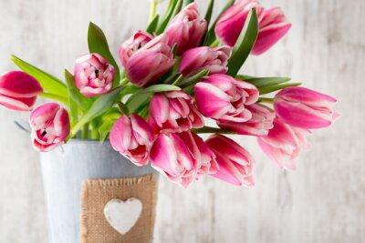Papiers peints Tulipes sur le fond gris.