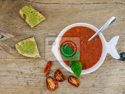 Un brailler de soupe de tomate sur un bureau en bois