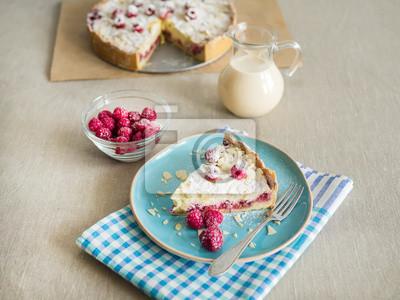 Un morceau de tarte avec mascarpone raspberris frais et du lait