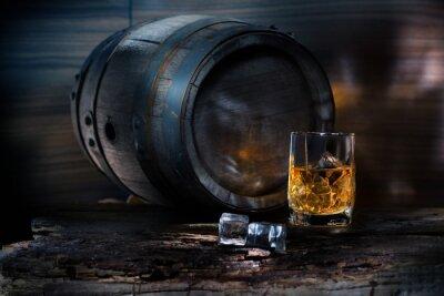 Papiers peints Un verre de whisky avec des glaçons sur fond baril
