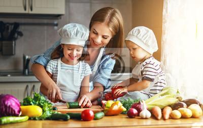 Papiers peints Une alimentation saine. Joyeuse famille mère et enfants prépare une salade de légumes