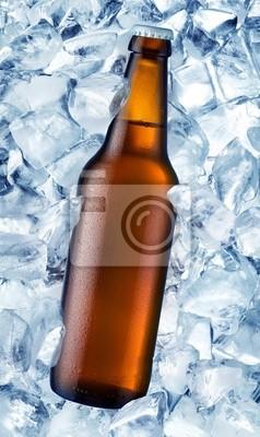 une bouteille de bière est dans la glace