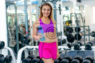 Une fille boit de leau dans une salle de gym papier peint • papiers ... 94fc983d9d2