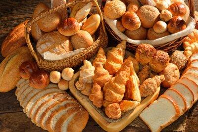 Papiers peints Variété de pain dans le panier en osier sur le vieux fond en bois.