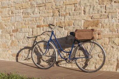 Papiers peints Vélo vintage et vieille valise dans un mur de pierre