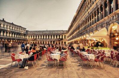 Papiers peints VENISE, ITALIE - 23 mars 2014: Les touristes apprécient le café de la Piazza San