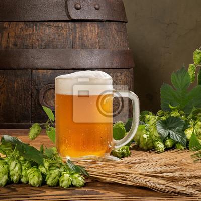 Verre à bière et cônes de houblon au blé