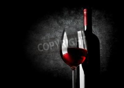 Papiers peints Verre à vin de vin rouge sur un fond noir