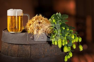 Verre de bière au houblon et à l'orge sur le baril