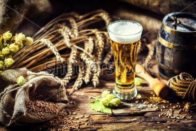 Papiers peints Verre de bière fraîche et froide dans un cadre rustique. Fond de nourriture et de boisson