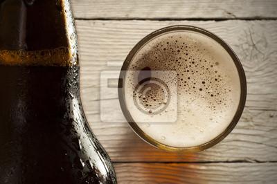Verre de bière lumière sur un pub sombre.