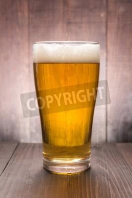 Papiers peints Verre de bière sur le fond en bois.