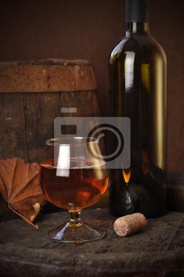 Verre de cognac sur le tonneau en bois millésime