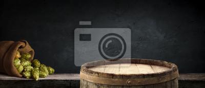Verres à bière et à bière Oktoberfest avec blé et houblon sur table en bois