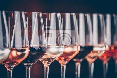 Papiers peints Verres à vin d'affilée. Buffet table célébration de dégustation de vin. Concept de vie nocturne, de célébration et de divertissement