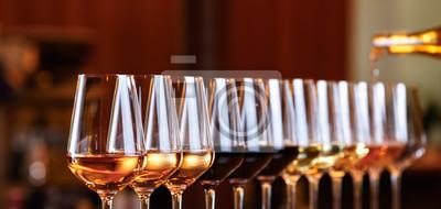 Papiers peints Verres à vin d'affilée. Verser le vin. Buffet table célébration de dégustation de vin. Concept de vie nocturne, de célébration et de divertissement