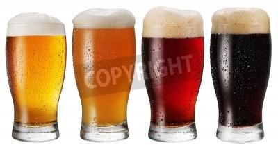 Papiers peints Verres de bière sur fond blanc.