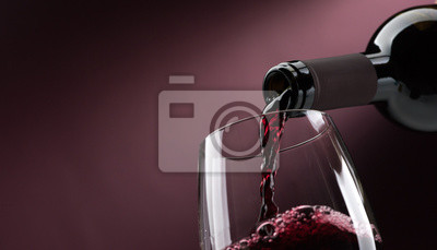 Papiers peints Verser du vin rouge dans un verre à vin