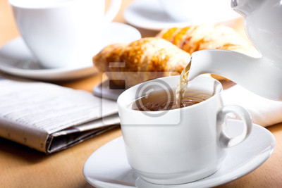 Verser le thé dans la tasse de thé