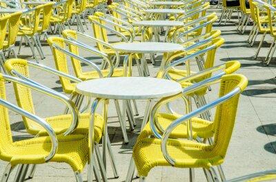 Papiers peints Vider les tables de café de rue