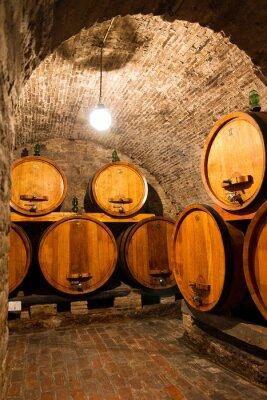 Papiers peints Vieille cave à vin traditionnelle avec de grands fûts en bois