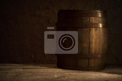 Vieux tonneau en bois sur un fond brun