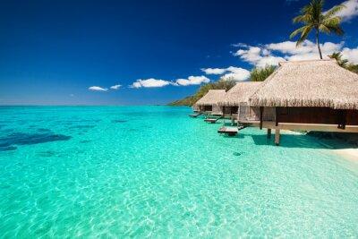 Papiers peints Villas sur la plage tropicale avec des étapes dans l'eau