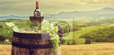 Vin rouge avec baril sur vignoble en vert Toscane, Italie