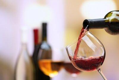 Papiers peints Vin rouge verser dans un verre à vin, close-up
