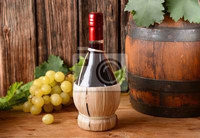 vino rosso nel fiasco con grappolo di uva